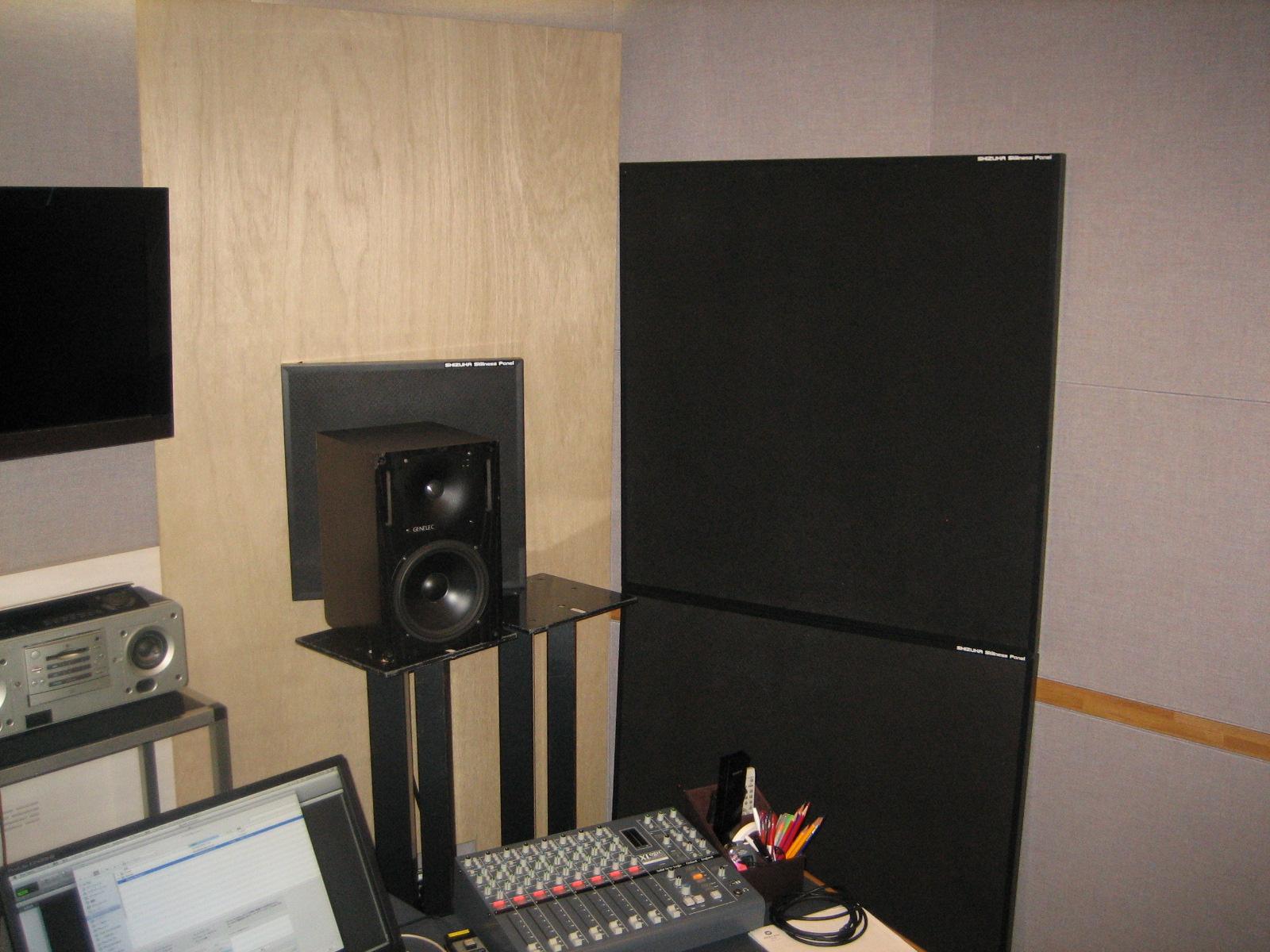 モニター背面、壁に吸音パネルを設置