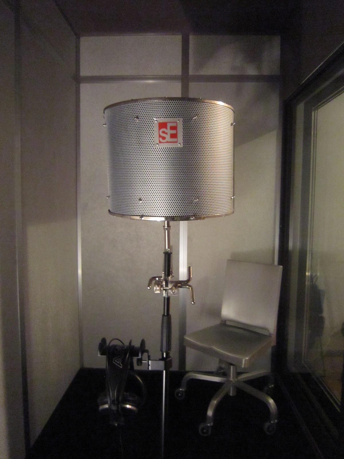 放送局やナレーション室に簡易吸音ブースを設置できます