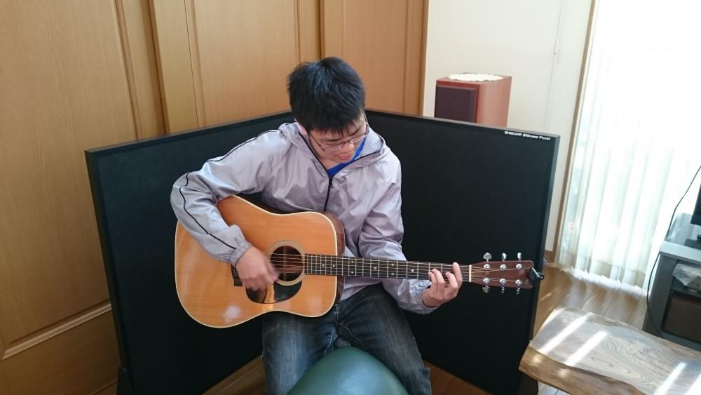 アコースティックギターと吸音パネル