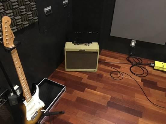 スタジオ内にて吸音パネルと吸音材の比較