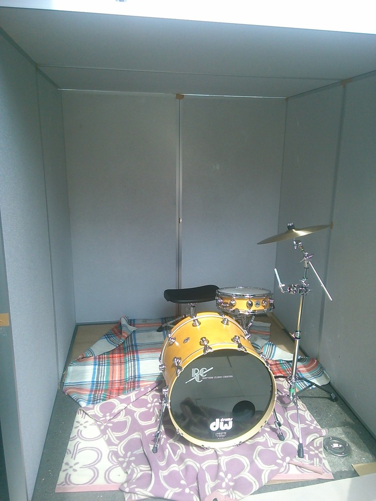 Acoustical measurement of drum using sound absorbing panel